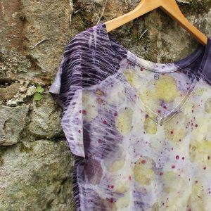 camisetamujer-wul-ecoprint-algodonorganico-tintesnaturales-ropavegana-ecoimpresion-camisetasecoprint-estampacionbotanica-UMA005S