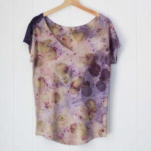 camiseta-mujer-wul-ecoprint-algodon-organico-tintes-naturales-ropa-vegana-ecoimpresion-camisetasecoprint-estampacion-botanica-UMA099S