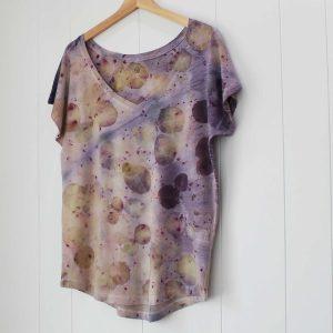 camiseta-mujer-wul-ecoprint-algodonorganico-tintesnaturales-ropavegana-ecoimpresion-camisetasecoprint-estampacionbotanica-UMA100M