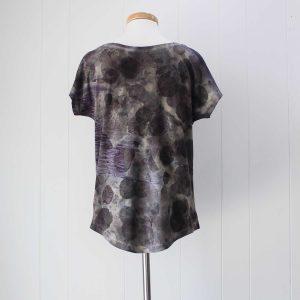 camiseta-mujer-wul-ecoprint-algodon-organico-tintes-naturales-ropa-vegana-ecoimpresion-camisetasecoprint-estampacion-botanica-UMA125S